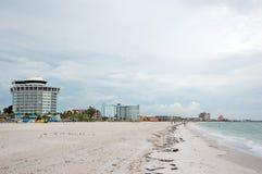 Playa con el hotel Imagen de archivo libre de regalías