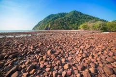 Playa con el mar de piedra y tropical Fotos de archivo