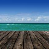 Playa con el tablón de madera Imagenes de archivo