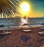 Playa con el velero Fotografía de archivo libre de regalías