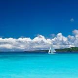 Playa con el velero en el océano Fotos de archivo libres de regalías