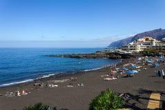 Playa con la arena volcánica negra Foto de archivo libre de regalías