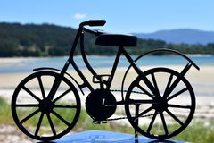 Playa con la bicicleta negra del hierro Galicia, Espa?a imagenes de archivo
