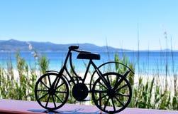 Playa con la bicicleta negra del hierro Galicia, Espa?a fotografía de archivo libre de regalías
