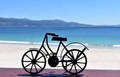 Playa con la bicicleta negra del hierro Galicia, Espa?a fotos de archivo libres de regalías