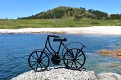 Playa con la bicicleta negra del hierro Galicia, Espa?a imagen de archivo