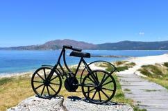 Playa con la bicicleta negra del hierro Galicia, Espa?a imágenes de archivo libres de regalías