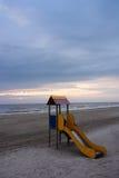 Playa con la diapositiva colorida Foto de archivo