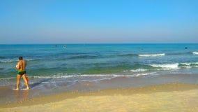 Playa con la gente anónima fotografía de archivo libre de regalías