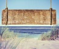 Playa con la muestra vacía del tablón Fotos de archivo libres de regalías