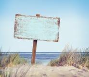 Playa con la muestra vacía del tablón Imagenes de archivo