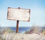 Playa con la muestra vacía del tablón imágenes de archivo libres de regalías