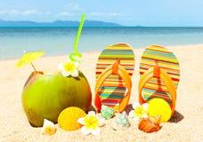 Playa con la palma y y el coctail exótico Imagen de archivo