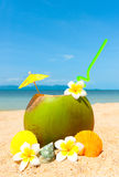 Playa con la palma y y el coctail exótico Foto de archivo