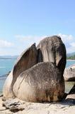 Playa con la piedra grande Fotos de archivo libres de regalías