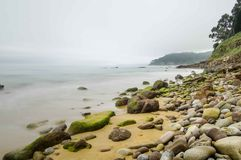 Playa con la roca y la arena Fotografía de archivo libre de regalías