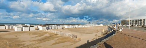 Playa con las casas de playa Imagenes de archivo