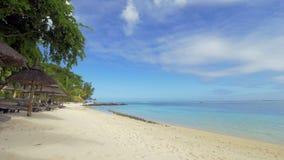 Playa con las cubierta-sillas en centro turístico tropical almacen de metraje de vídeo