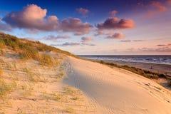 Playa con las dunas de arena en la puesta del sol fotografía de archivo libre de regalías