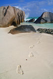 Playa con las marcas del pie Foto de archivo libre de regalías