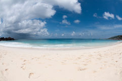 Playa con las nubes de tormenta Fotografía de archivo