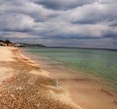 Playa con las pequeñas casas lejos Fotos de archivo libres de regalías