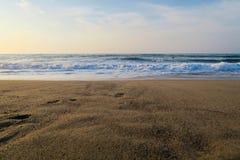 Playa con las pequeñas ondas fotografía de archivo