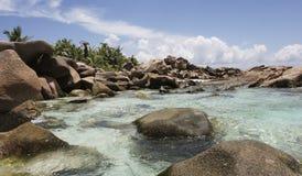 Playa con las rocas Imagen de archivo libre de regalías