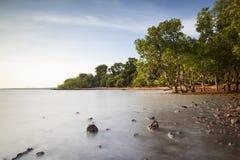 Playa con las rocas Fotos de archivo libres de regalías
