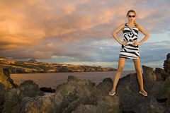 Playa con las rocas del volcán Foto de archivo