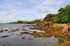 Playa con las rocas en Anyer, Indonesia Fotos de archivo