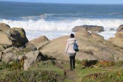 Playa con las rocas en Oporto - Portugal Foto de archivo
