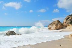 Playa con las rocas grandes y el mar salvaje Fotografía de archivo libre de regalías