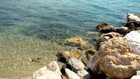 Playa con las rocas y agua cristalina en el área de Nikiti Halkidiki Grecia almacen de metraje de vídeo