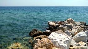 Playa con las rocas y agua cristalina en el área de Nikiti Halkidiki Grecia metrajes