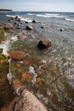 Playa con las rocas y las ondas Imagen de archivo