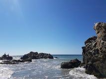 playa con las rocas y los pájaros extraordinarios foto de archivo