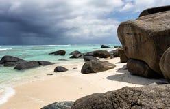 Playa con los cantos rodados del granito en las Seychelles Foto de archivo libre de regalías