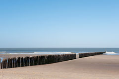 Playa con los cortacircuítos de onda fotografía de archivo