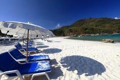 Playa con los paraguas Imagenes de archivo