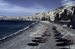 Playa con los paraguas de la paja Foto de archivo libre de regalías