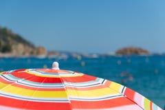 Playa con los parasoles Imagen de archivo libre de regalías