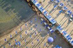 Playa con los parasoles azules en Napoli Fotografía de archivo