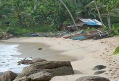 Playa con los pequeños barcos de madera ligeros coloridos Imágenes de archivo libres de regalías
