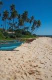 Playa con los pequeños barcos de madera ligeros coloridos Fotos de archivo
