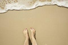 Playa con los pies Fotos de archivo