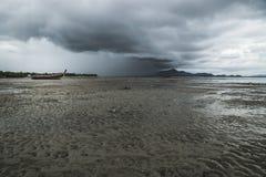 Playa con los rainclouds, Tailandia de Koh Mook Fotografía de archivo