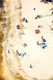 Playa con los turistas en verano Imagenes de archivo