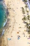 Playa con los turistas en verano Foto de archivo libre de regalías