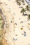 Playa con los turistas en verano Imagen de archivo libre de regalías